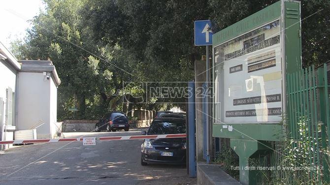 L'ingresso dell'ospedale Mariano Santo di Cosenza