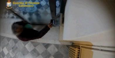 Sequenze delle telecamere installate dalla Guardia di Finanza