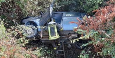 Auto finisce in una scarpata nella Locride: conducente salvato dai Vigili del fuoco