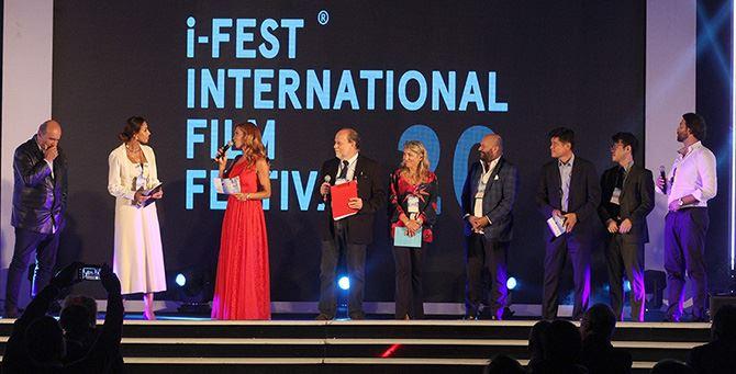 Il saluto finale dei protagonisti al pubblico dell'I-Fest (foto Giuseppe Iazzolino)