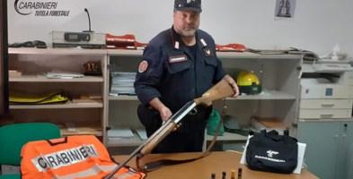 Il fucile e le munizioni sequestrate dai Carabinieri forestale