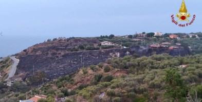 Incendi nel Vibonese, fiamme vicine alle case e linea ferroviaria interrotta