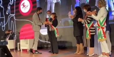 Il momento della consegna del premio al sindaco, Rosanna Mazzia