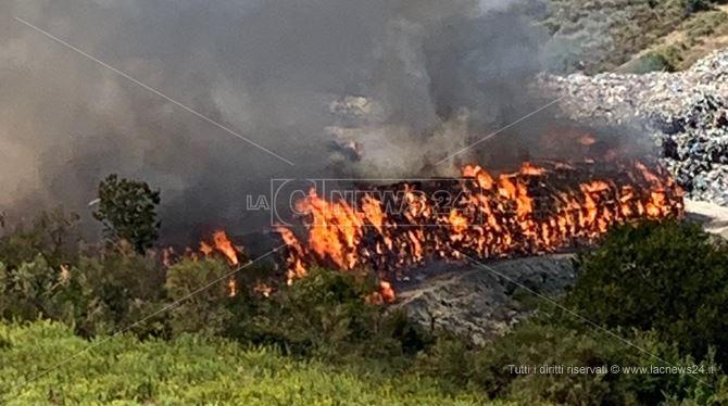 L'incendio nella discarica di San Giovanni in Fiore