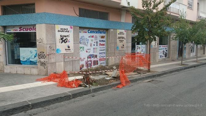 Il cantiere di Via Simonetta a Cosenza, davanti la cartoleria