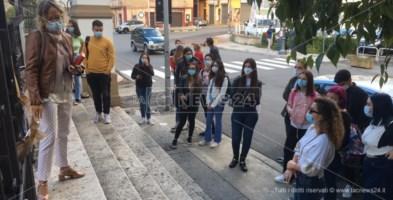 Studenti davanti a un istituto superiore di Castrovillari - Foto d'archivio