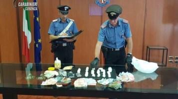 I carabinieri con lo stupefacente e il denaro sequestrati