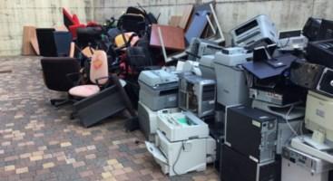 Rifiuti ammassati alla Cittadella regionale: «Anche vecchi pc e stampanti gettati all'esterno»