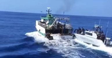 Peschereccio tunisino sperona motovedetta: la Gdf di Vibo apre il fuoco