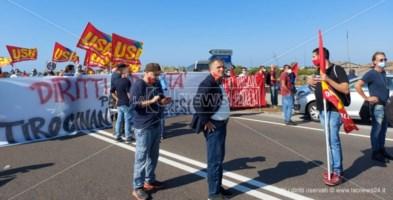Precariato, centinaia di lavoratori manifestano a Lamezia: «Vogliamo diritti e lavoro»
