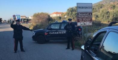 Incendia un'auto dopo un litigio: denunciato un 36enne di Castrovillari