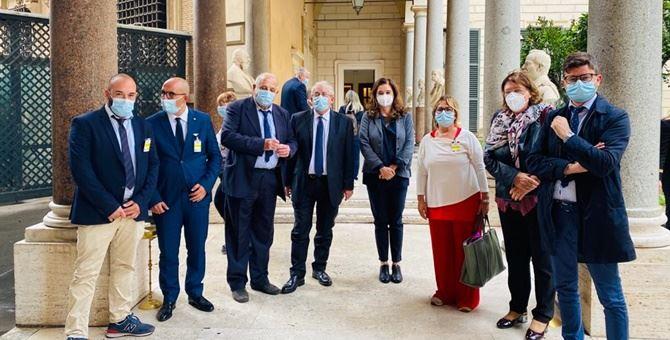 La delegazione di sindaci cosentini con Annamaria Parente