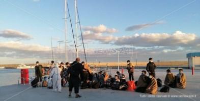 I migranti approdati questo pomeriggio a Roccella