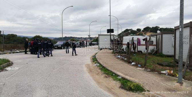 Forze di polizia davanti al campo migranti di Rosarno