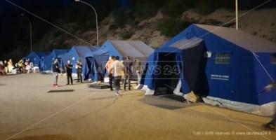 Le tende per la quarantena poste fuori dal campo di Rosarno