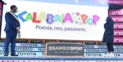 Jole Santelli sul podio della tappa Mileto-Camigliatello del Giro d'Italia (foto Facebook)