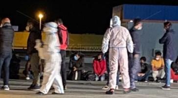 Coronavirus, 21 positivi tra i migranti sbarcati stanotte a Roccella