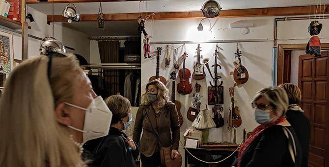 Ines Ferrante nella casa museo di Le Voci con un gruppo di turisti