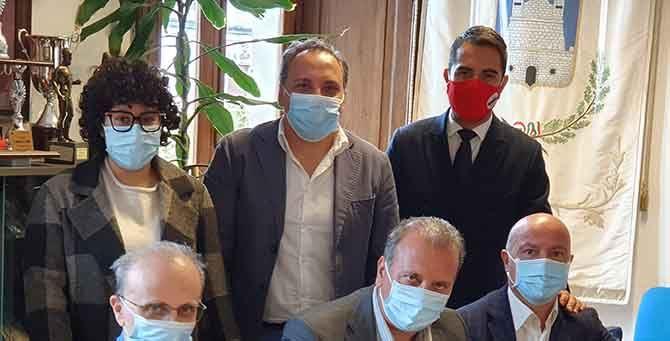 Lo Polito al centro con la nuova giunta. Da sinistra in alto Tricarico, Pace, Bello, Di Gerio ed il segretario comunale