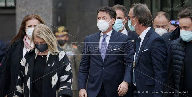 Il premier Conte all'arrivo davanti alla chiesa di San Nicola a Cosenza