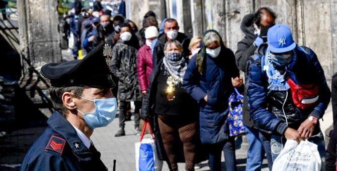 Una mensa dei poveri a Napoli (foto Ansa)