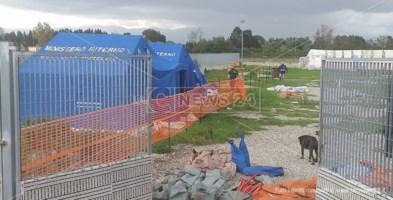 Focolaio tendopoli, verso la zona rossa: i migranti contagiati rimangono nelle tende