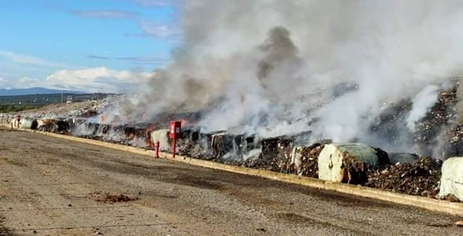 L'incendio che ha interessato la discarica di Cassano