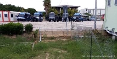Tensioni alla tendopoli dei migranti, sassaiola contro polizia: 5 agenti feriti