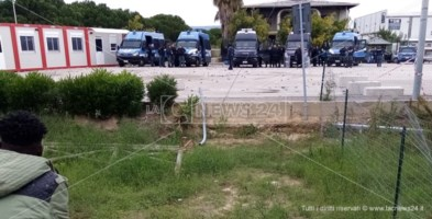 Le forze di polizia spiegate davanti alla tendopoli, stamattina