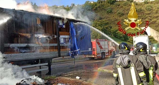 L'intervento dei vigili del fuoco su A2
