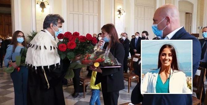 La consegna della pergamena alla mamma e, nel riquadro, Lorena Quaranta