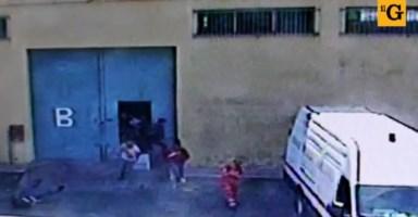Migranti travolgono un poliziotto per fuggire dal Cara: dopo un mese spunta il video