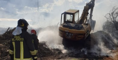 Vigili del fuoco al lavoro per domare l'incendio