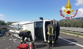 Incidente a Lamezia, furgone si ribalta in autostrada: ferito il conducente
