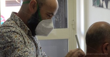 Covid, lo sfogo dei parrucchieri: «Senza gli aiuti promessi e con guadagni dimezzati»