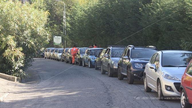 Le auto in coda al drive in allestito a Spezzano della Sila
