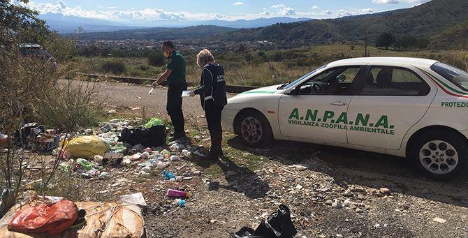 I volontari di Anpana durante un sopralluogo su una discarica illegale di rifiuti