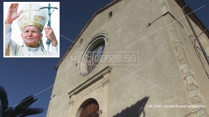 La chiesa matrice della frazione di Spezzano Piccolo e nel riquadro, Papa Wojtyla