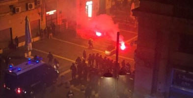 Covid, scontri a Napoli: a centinaia in strada contro il coprifuoco e De Luca