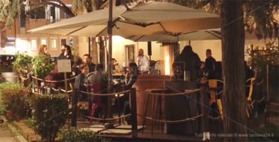 lounge bar di Catanzaro, ieri sera, ad un giorno dal coprifuoco