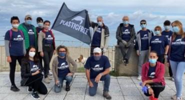Stop plastica, volontari ripuliscono la spiaggia di Bivona: video