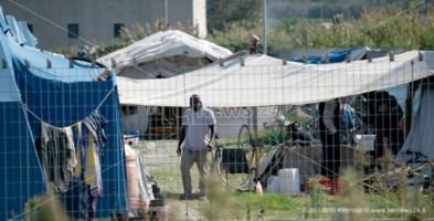 Migranti, viaggio tra i fantasmi della Piana dove solo il Covid si accorge degli invisibili
