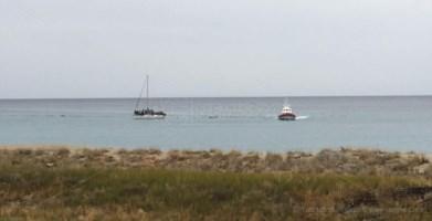 Migranti, a Crotone bloccata barca con 52 persone a bordo: presi presunti scafisti
