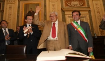 Sergio Giuliani nel giorno del conferimento della cittadinanza onoraria (foto Comune di Cosenza)