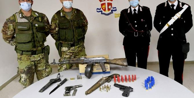 Le armi rinvenute e sequestrate