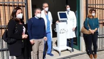 La consegna del ventilatore polmonare a Cosenza (foto Monica Perri)