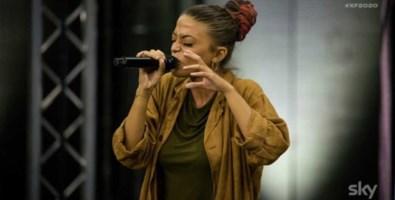 Eda Marì durante un'esibizione a X-Factor. Fonte foto: Sky