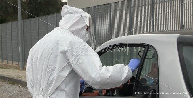 Prelievo di tamponi in uno dei tanti drive-in allestiti in Calabria