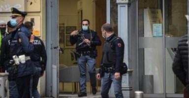 Rapina in banca a Milano, foto da ansa
