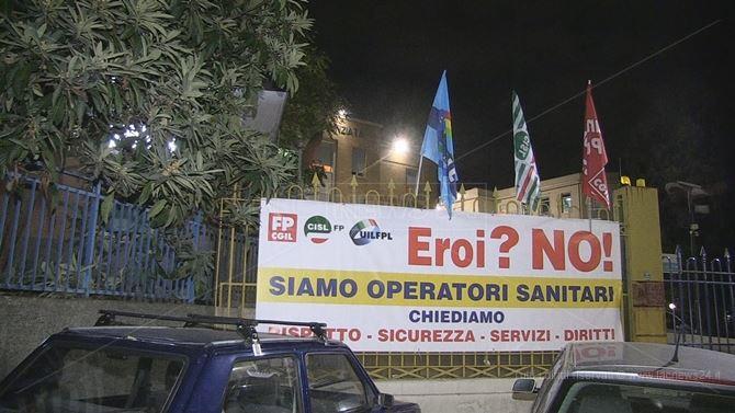 Lo striscione affisso dai sindacati sulla cancellata dell'Annunziata di Cosenza